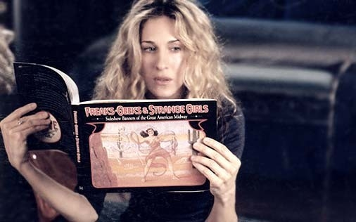 Sarah Jessica Parker in una scena di Sex and the City, episodio Gli uomini sono tutti... strani?
