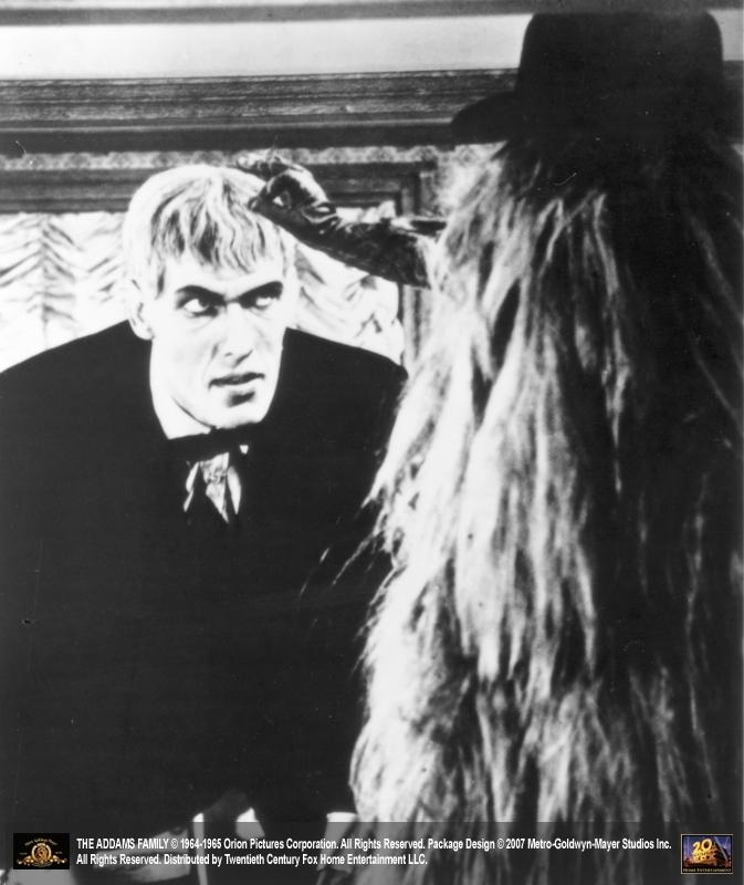 Ted Cassidy chiacchiera con il pelosissimo Cugino It ne 'La famiglia Addams'