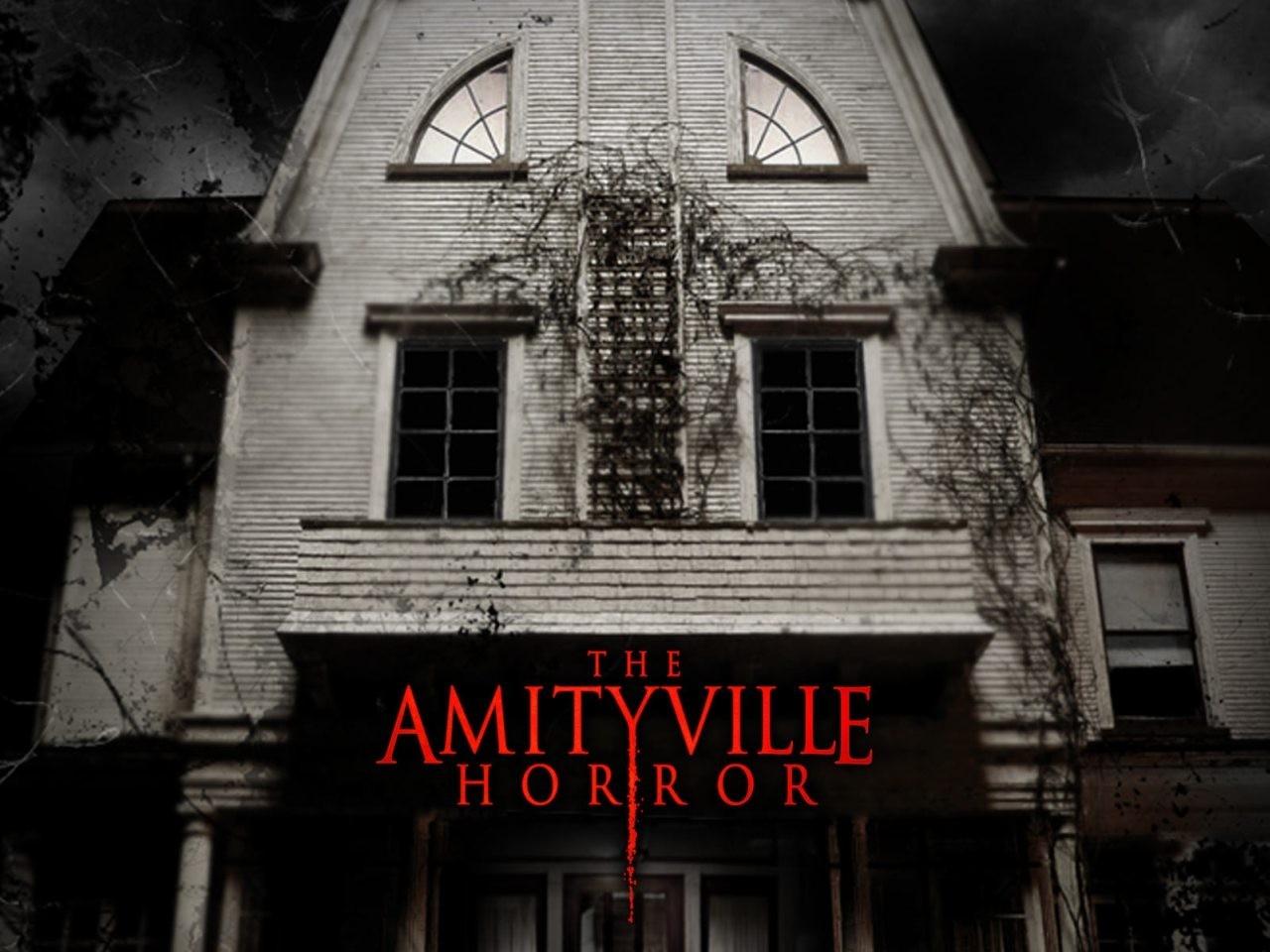 Wallpaper del film Amityville Horror con la casa che fa da scenario al film