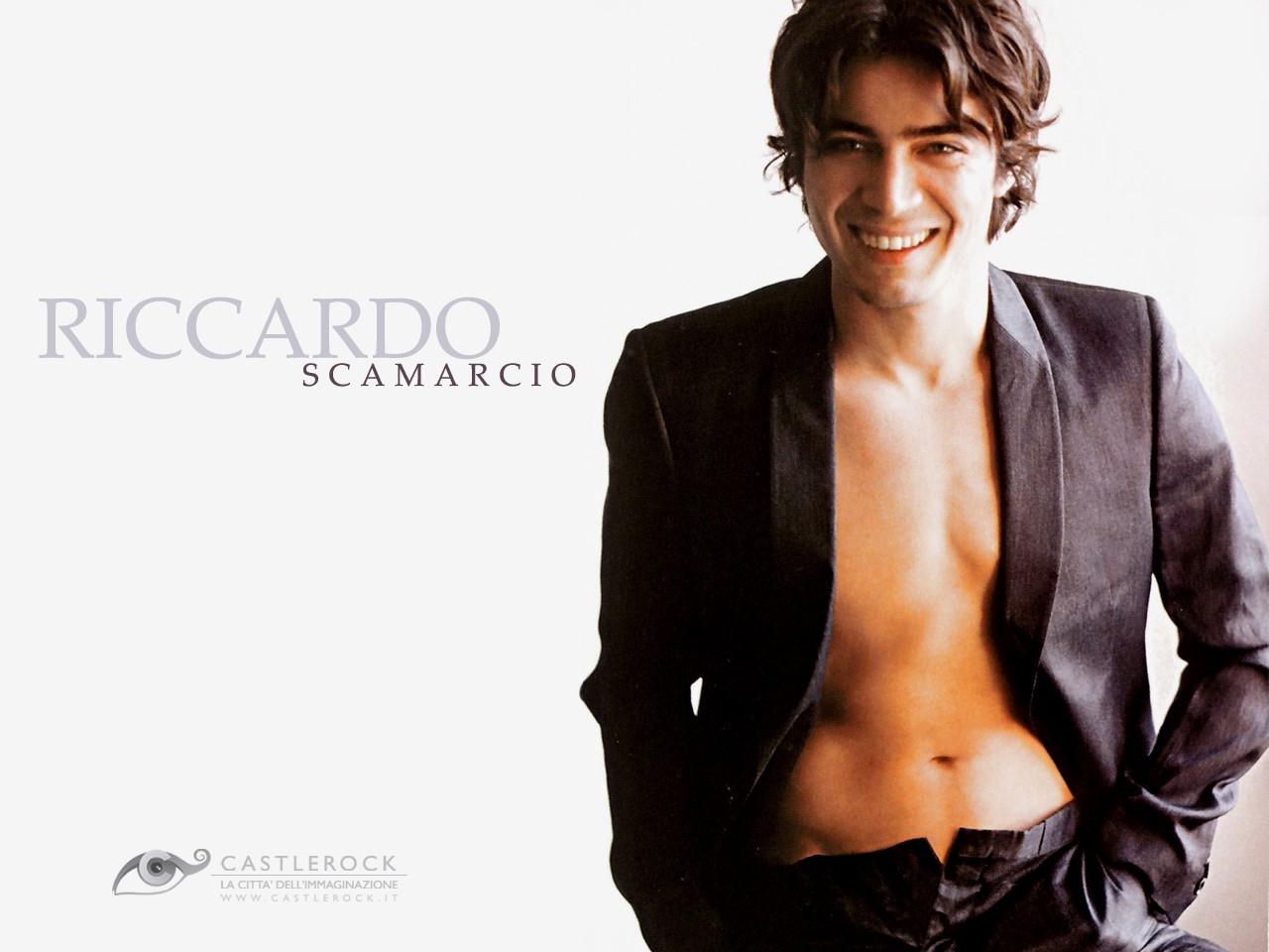 Wallpaper di Riccardo Scamarcio a torso nudo
