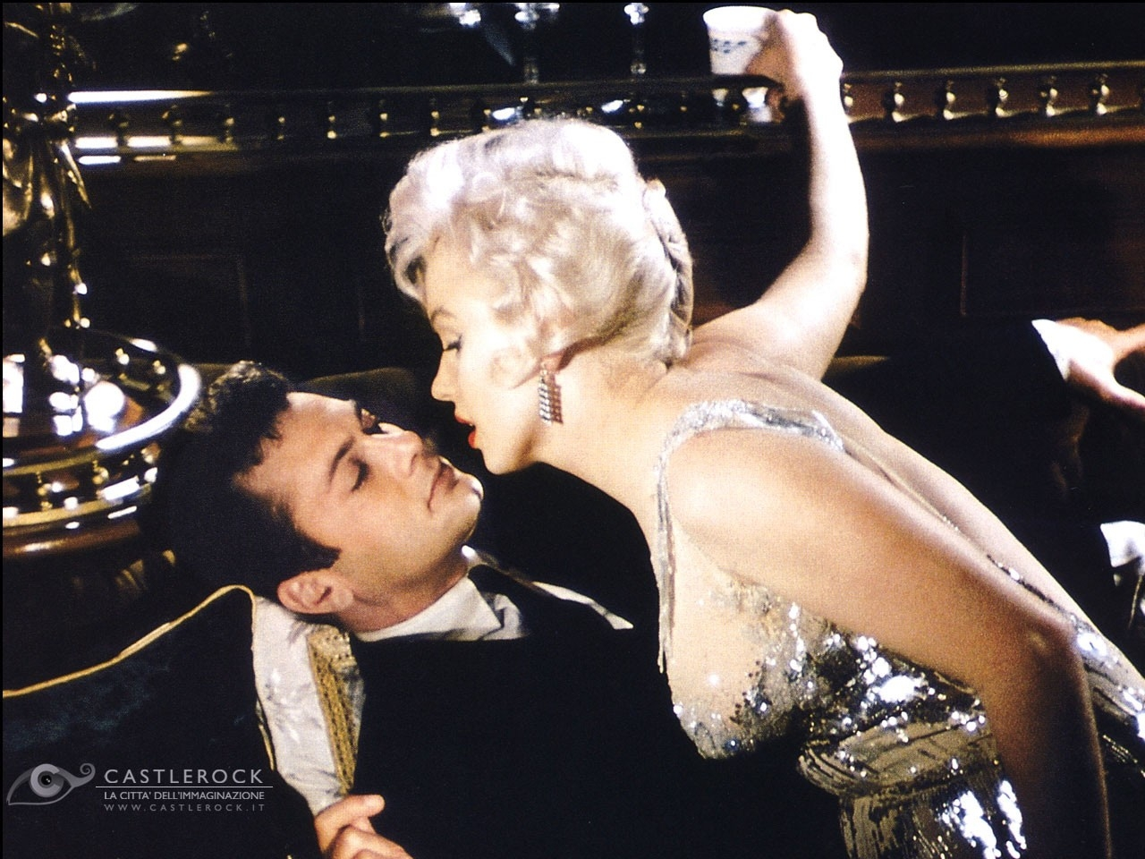 Wallpaper di Marilyn Monroe e Tony Curtis in 'A qualcuno piace caldo'