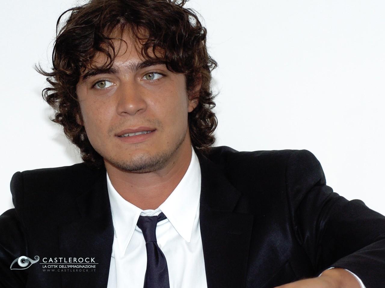 Wallpaper di Riccardo Scamarcio in giacca e cravatta