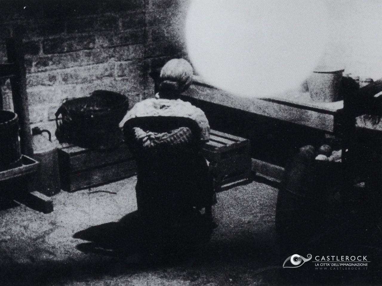 Wallpaper del film Psycho con la signora Bates vista di spalle