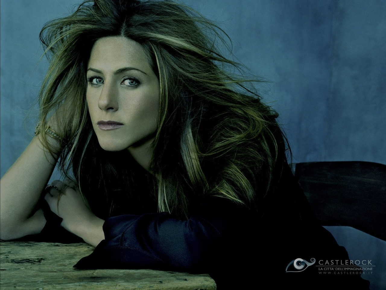 Wallpaper di Jennifer Aniston in versione dark