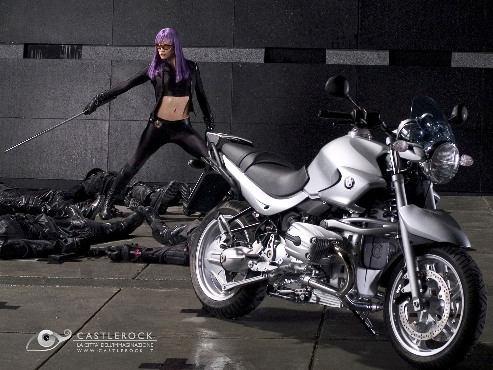Wallpaper del film Ultraviolet con la Jovovich con i capelli viola