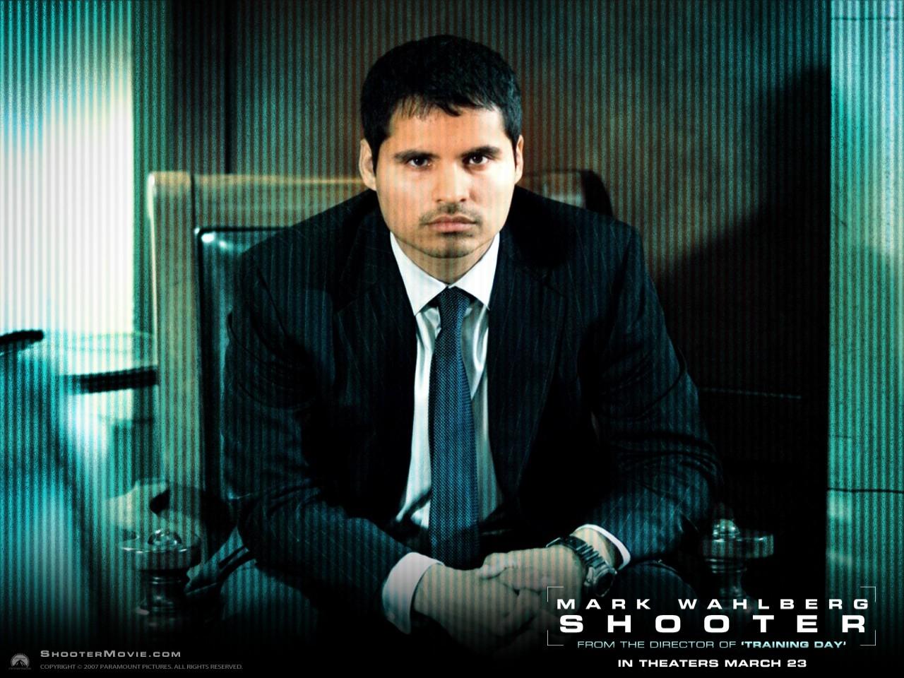 Michael Pena in un wallpaper del film Shooter
