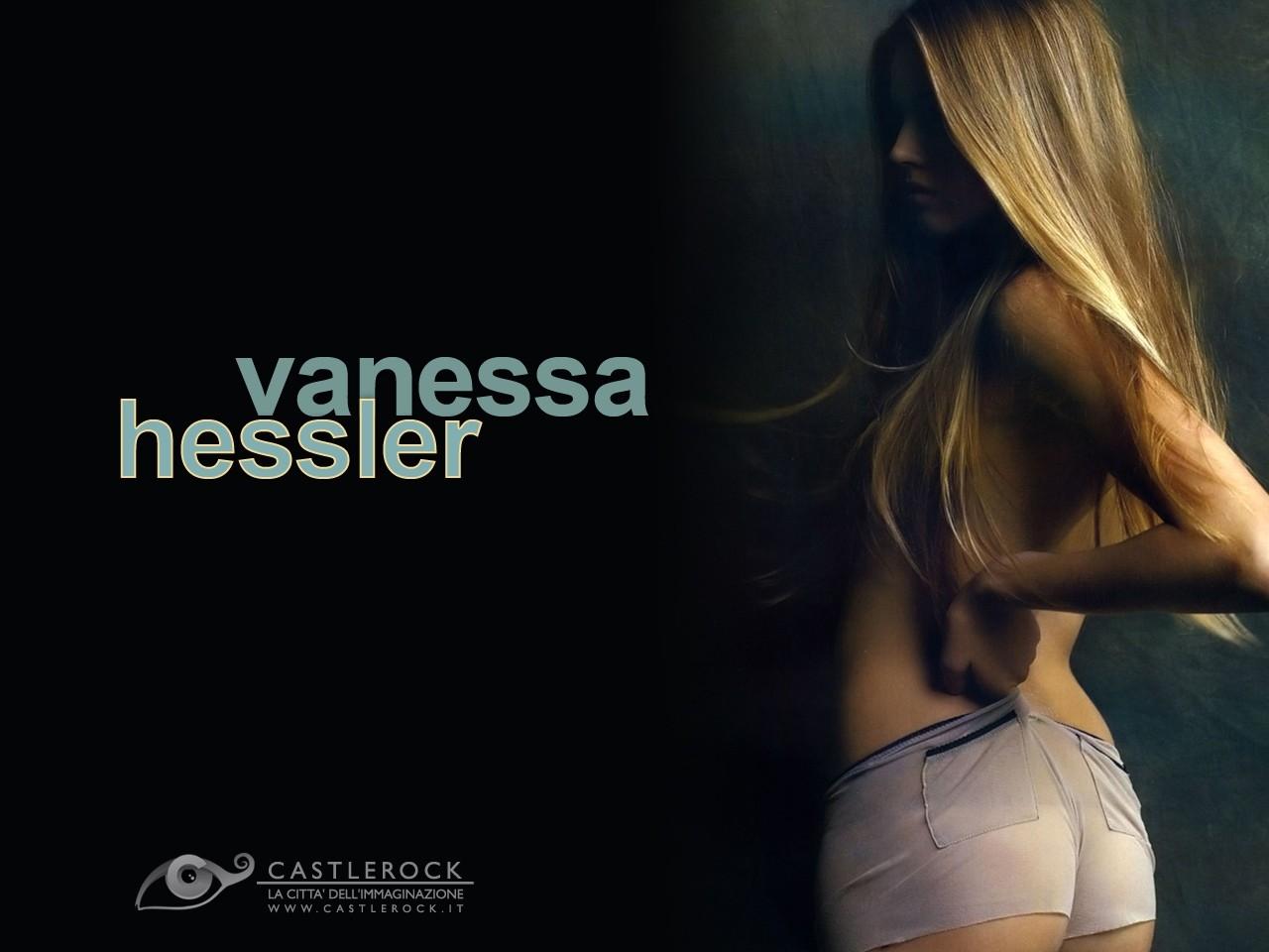 Wallpaper di Vanessa Hessler su fondo nero