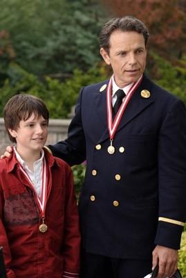 Josh Hutcherson e Bruce Greenwood in una scena del film Il cane pompiere