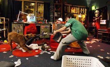 Josh Hutcherson  in una scena della commedia per ragazzi Il cane pompiere