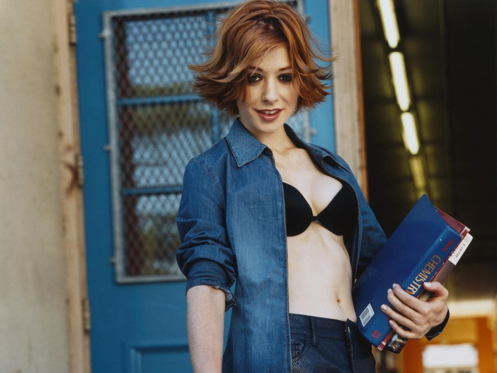 Wallpaper di Alyson Hannigan in versione 'sexy studentessa'