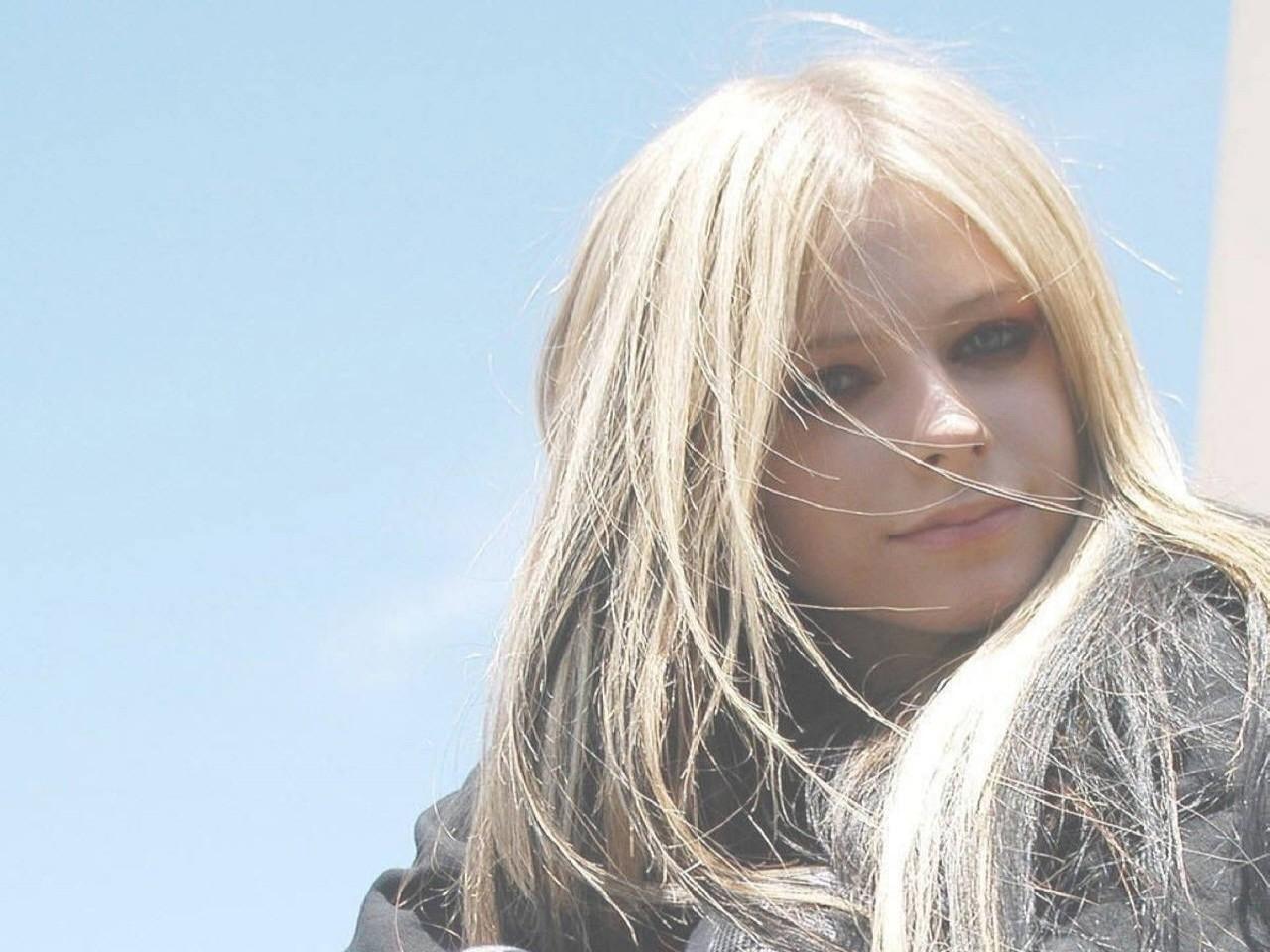 Wallpaper di Avril Lavigne su fondo azzurro