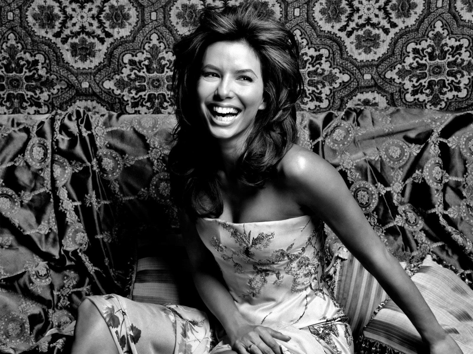 Wallpaper di una sorridente ed esplosiva Eva Longoria