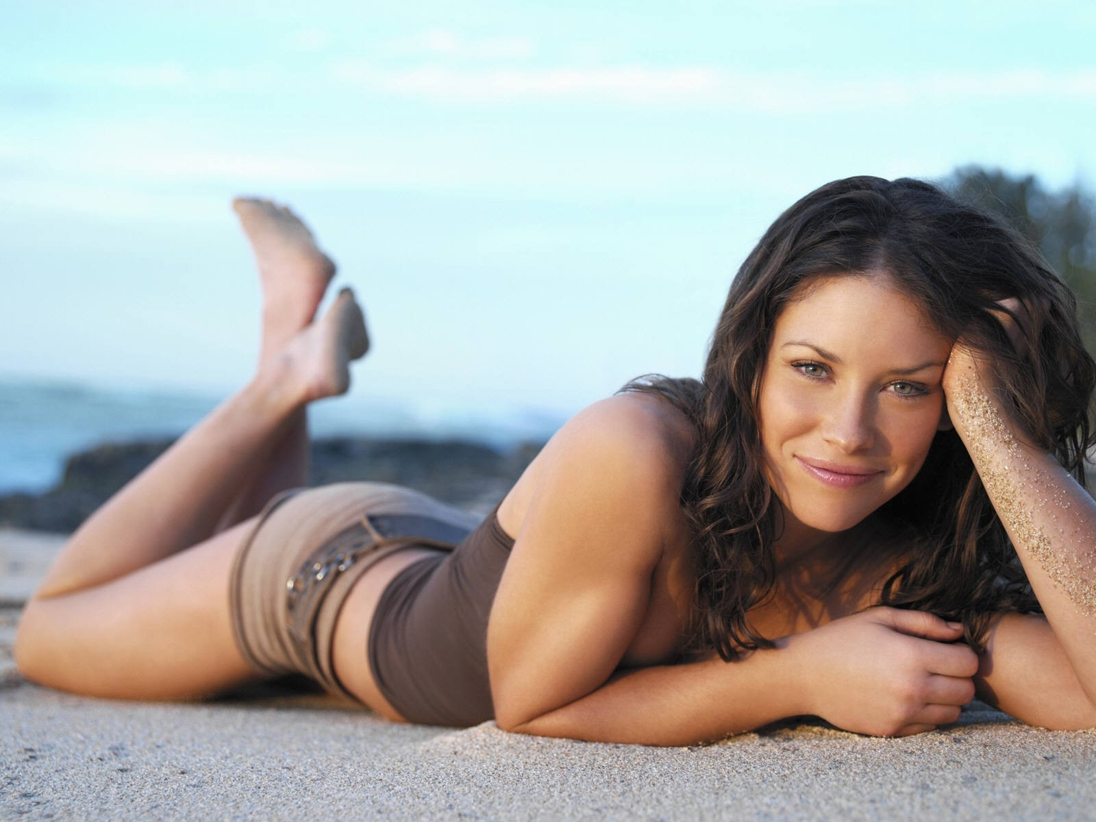 Wallpaper di Evangeline Lilly distesa sulla sabbia