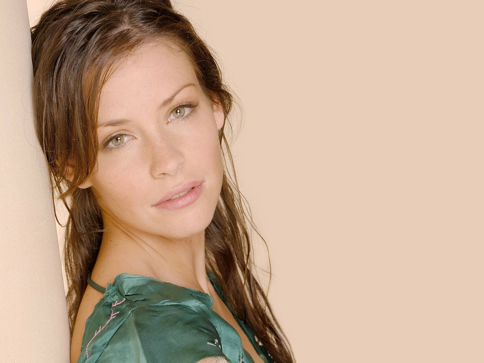 Wallpaper di Evangeline Lilly su fondo rosa