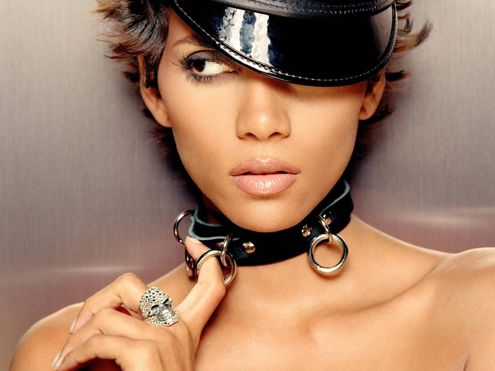 Wallpaper di Halle Berry in versione bad girl