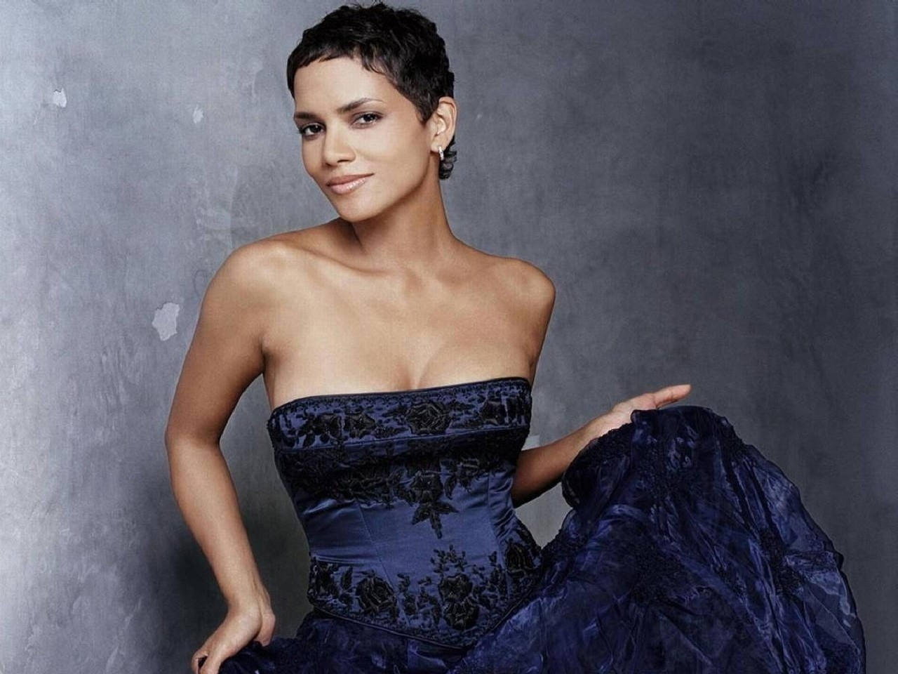 Wallpaper - Halle Berry, fascino ed eleganza