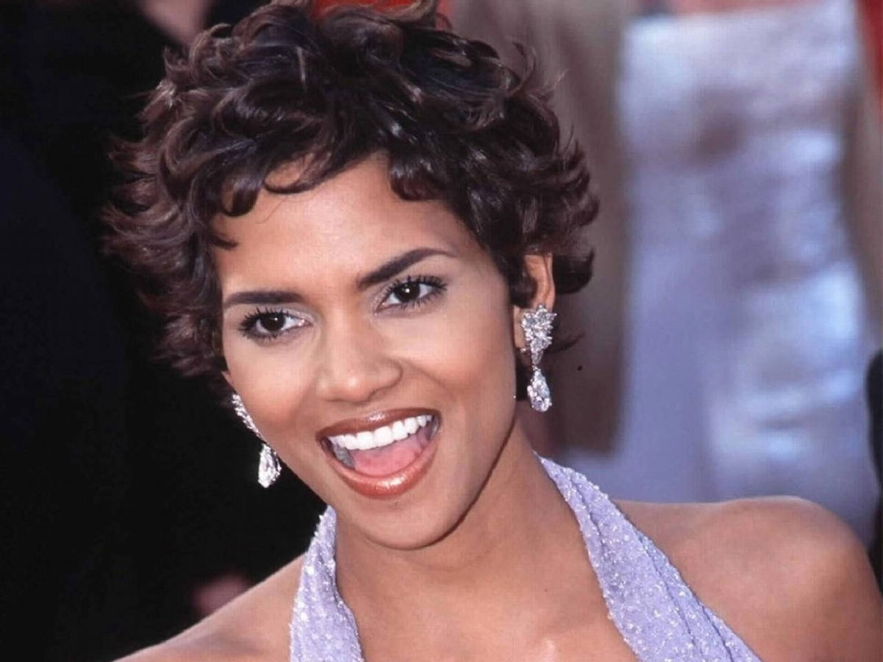 Wallpaper - una sorridente Halle Berry