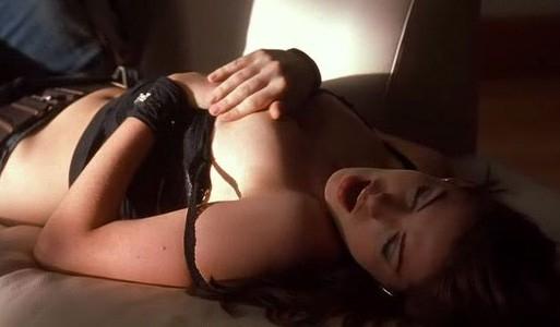 la bella Anne Hathaway in una scena del film Havoc