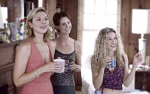 Cynthia Nixon con Sarah Jessica Parker e Kim Cattrall in una scena di Sex and the City, episodio Meglio giovani o mature?
