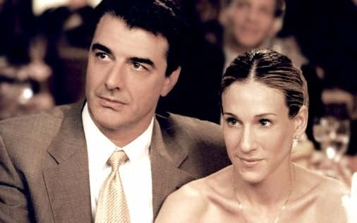 Sarah Jessica Parker e Chris Noth in una scena di Sex and the City, episodio Leggende metropolitane, miti, luoghi comuni
