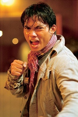 primo piano di Tony Jaa in una scena del film The Protector