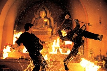 Tony Jaa in una scena di lotta del film The Protector