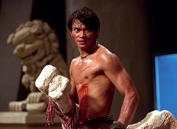 Tony Jaa combatte in una scena del film The Protector