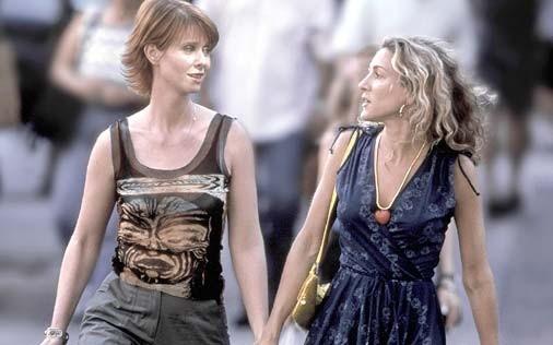 Cynthia Nixon accanto a Sarah Jessica Parker in una scena di Sex and the City, episodio Aminemiche
