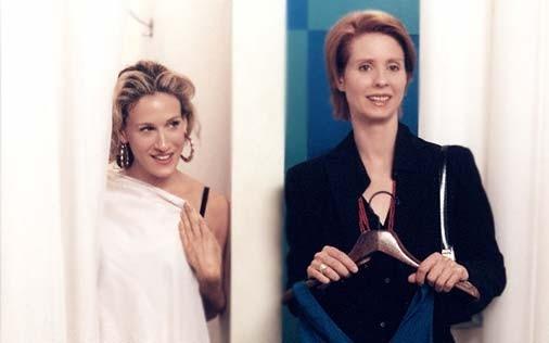 Cynthia Nixon e Sarah Jessica Parker in una scena di Sex and the City, episodio Sfide al femminile