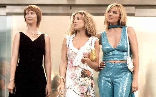 Cynthia Nixon con le amiche Sarah Jessica Parker e Kim Cattrall in una scena di Sex and the City, episodio Fuga dalla città