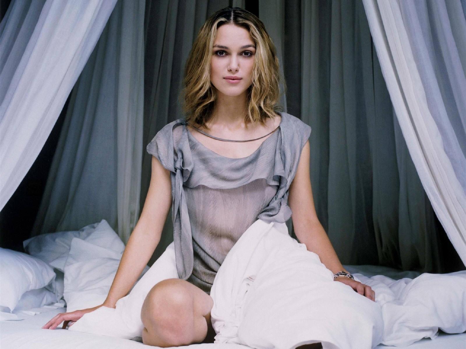Wallpaper di una seducente Keira Knightley a letto