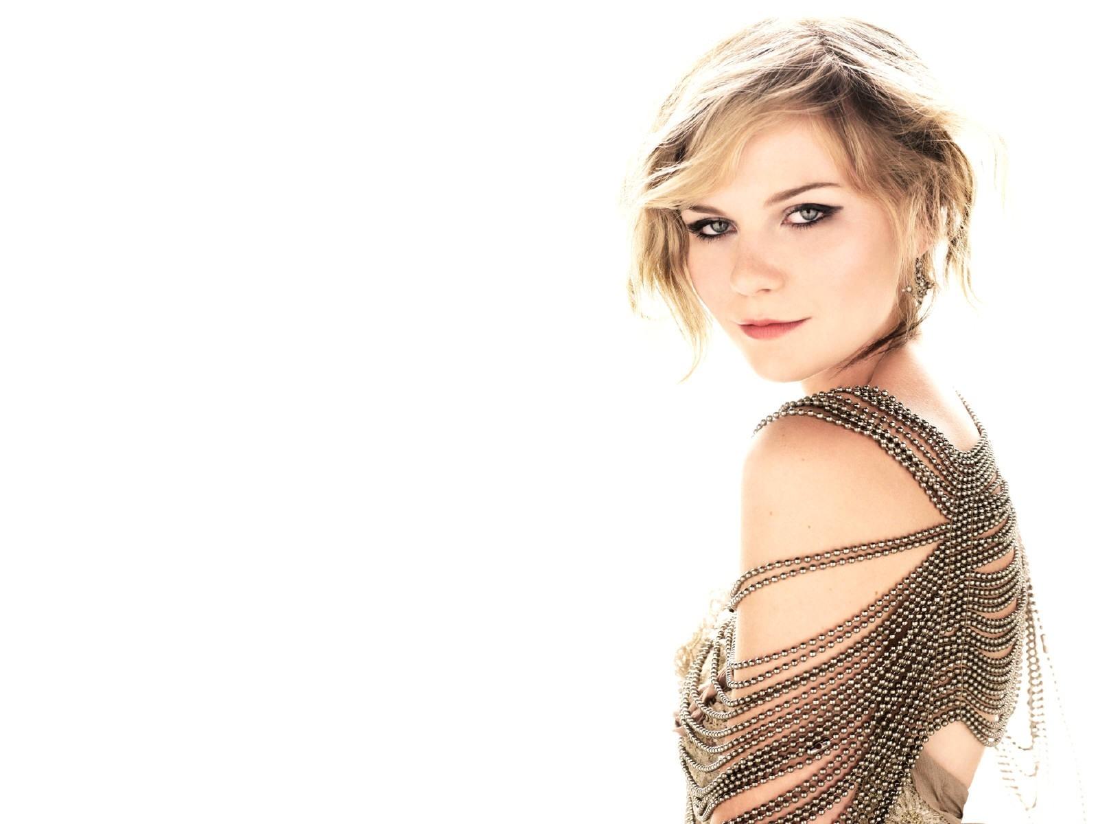 Wallpaper di Kirsten Dunst fasciata in un sofisticato abito marrone