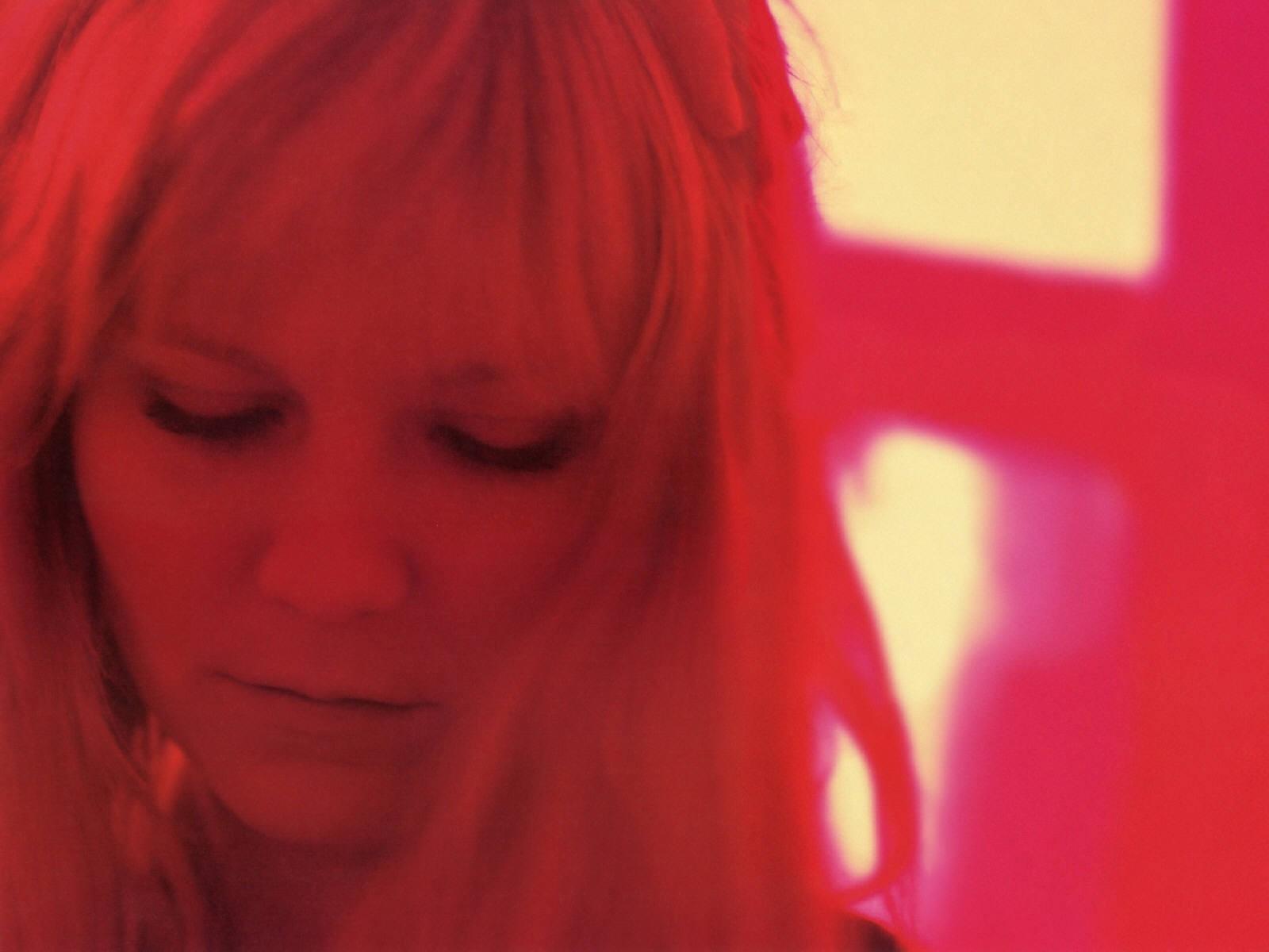 Wallpaper di Kirsten Dunst in rosso
