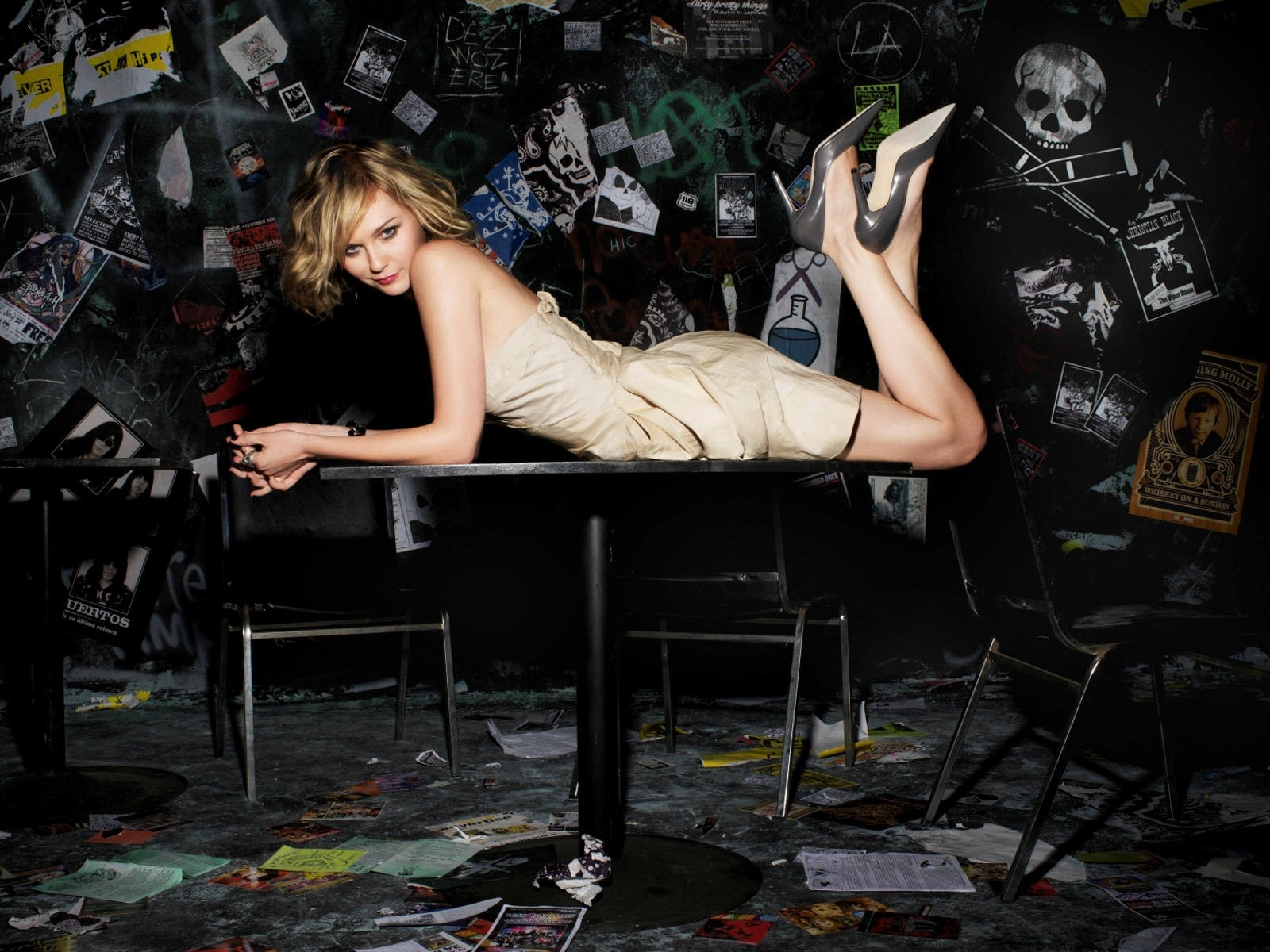Wallpaper di Kirsten Dunst su un piano