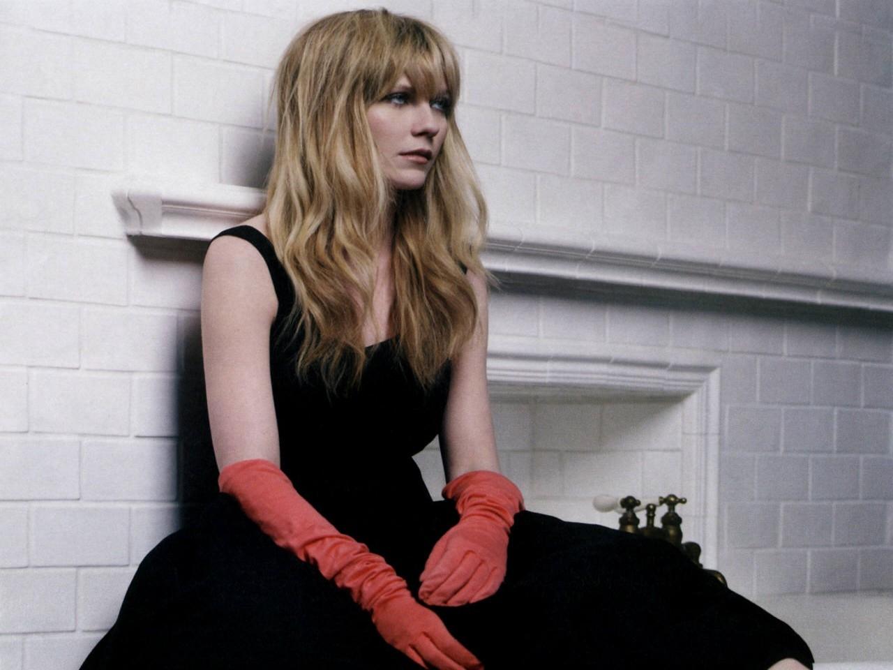 Wallpaper - lunghi guanti rossi e outfit nero per  Kirsten Dunst