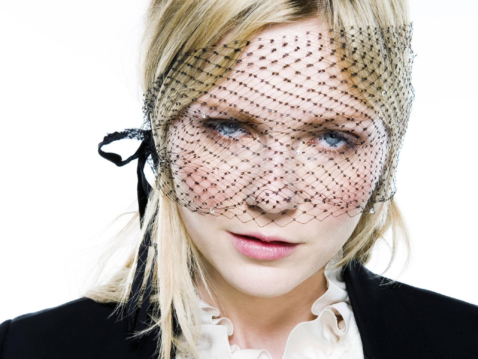 Wallpaper di Kirsten Dunst con lo sguardo velato