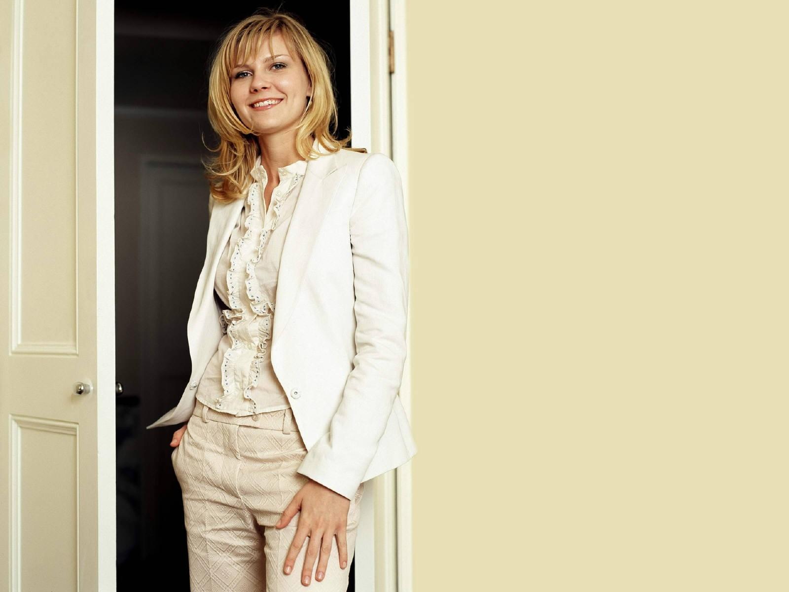 Wallpaper di Kirsten Dunst su sfondo color pastello