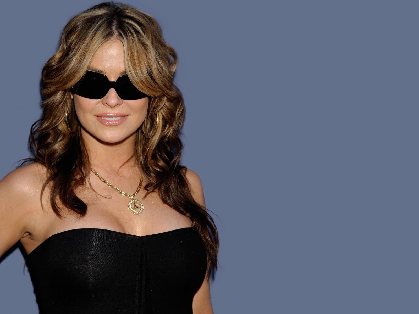 Wallpaper di Carmen Electra con gli occhiali scuri