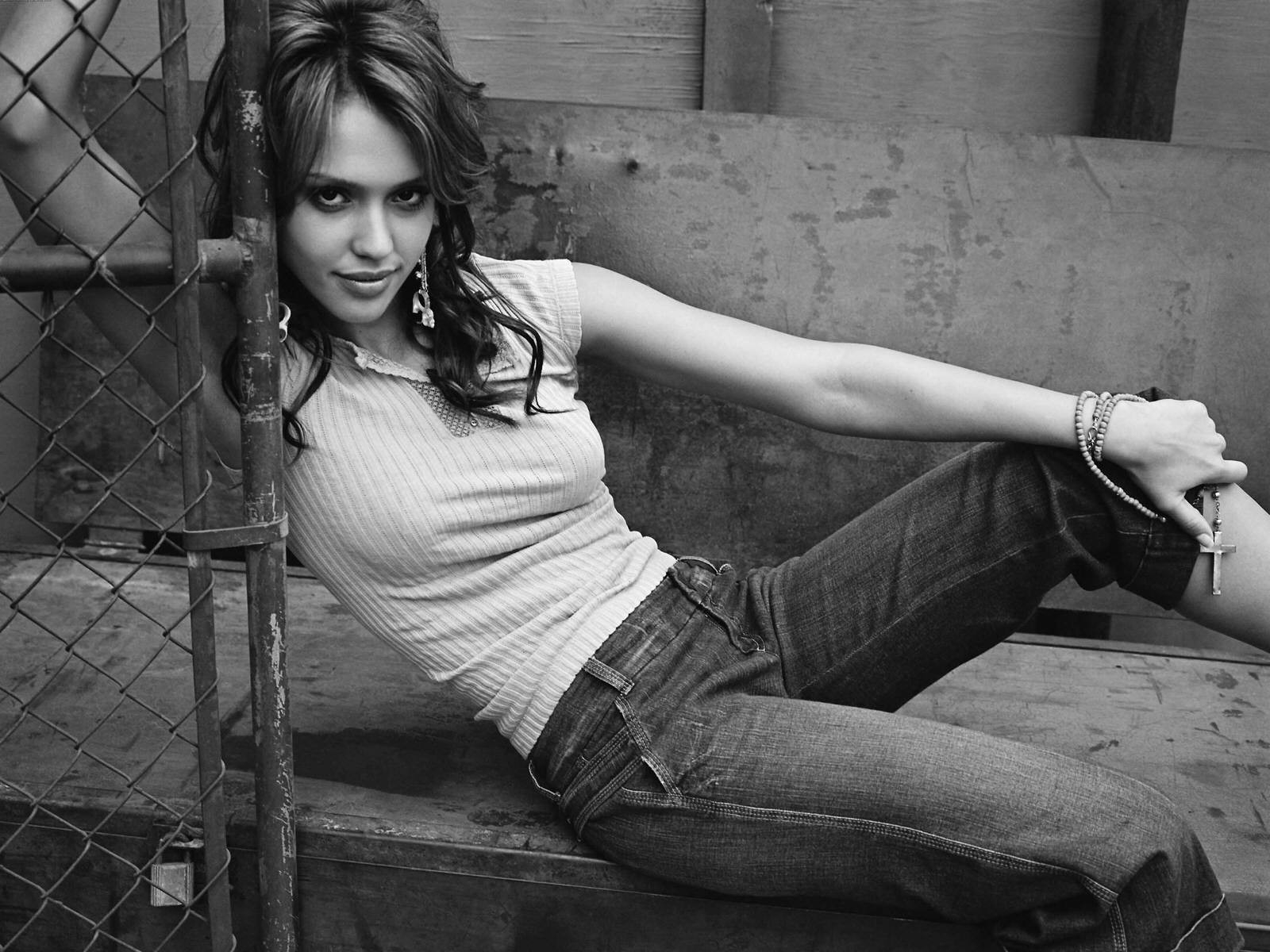 Wallpaper di Jessica Alba, splendida anche in jeans