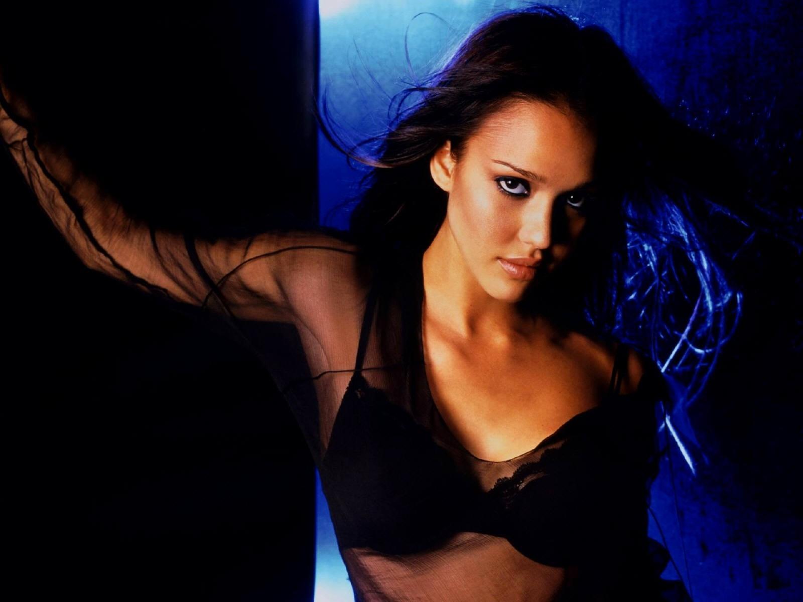 Wallpaper di Jessica Alba su sfondo blu e nero