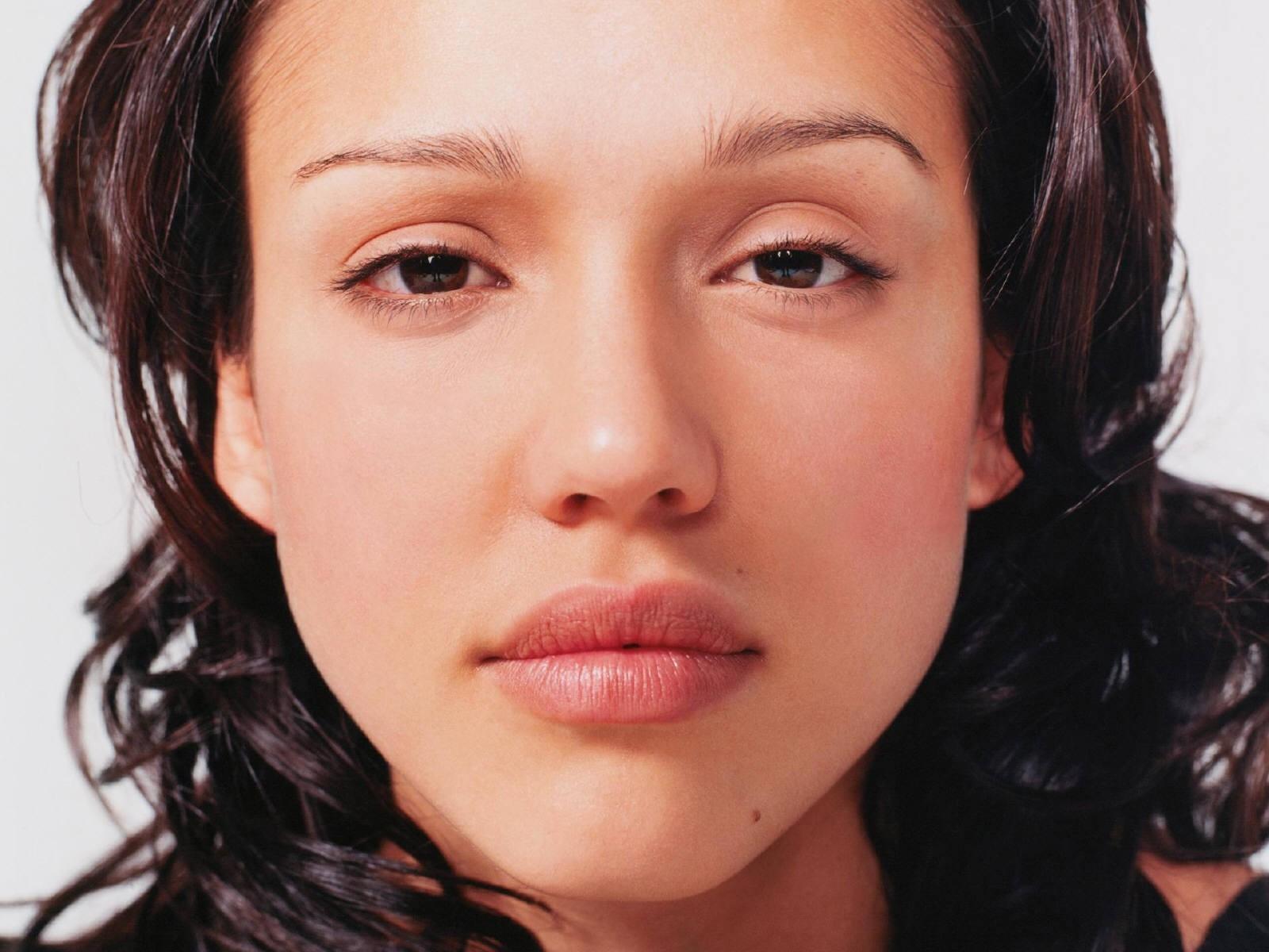 Wallpaper di Jessica Alba cion un ritratto dell'attrice