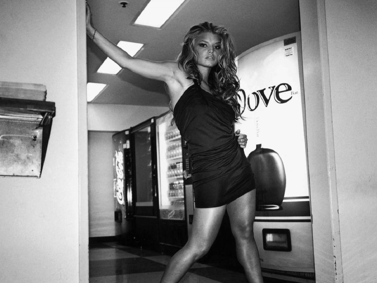 Wallpaper di Jessica Simpson fasciata in un abito nero