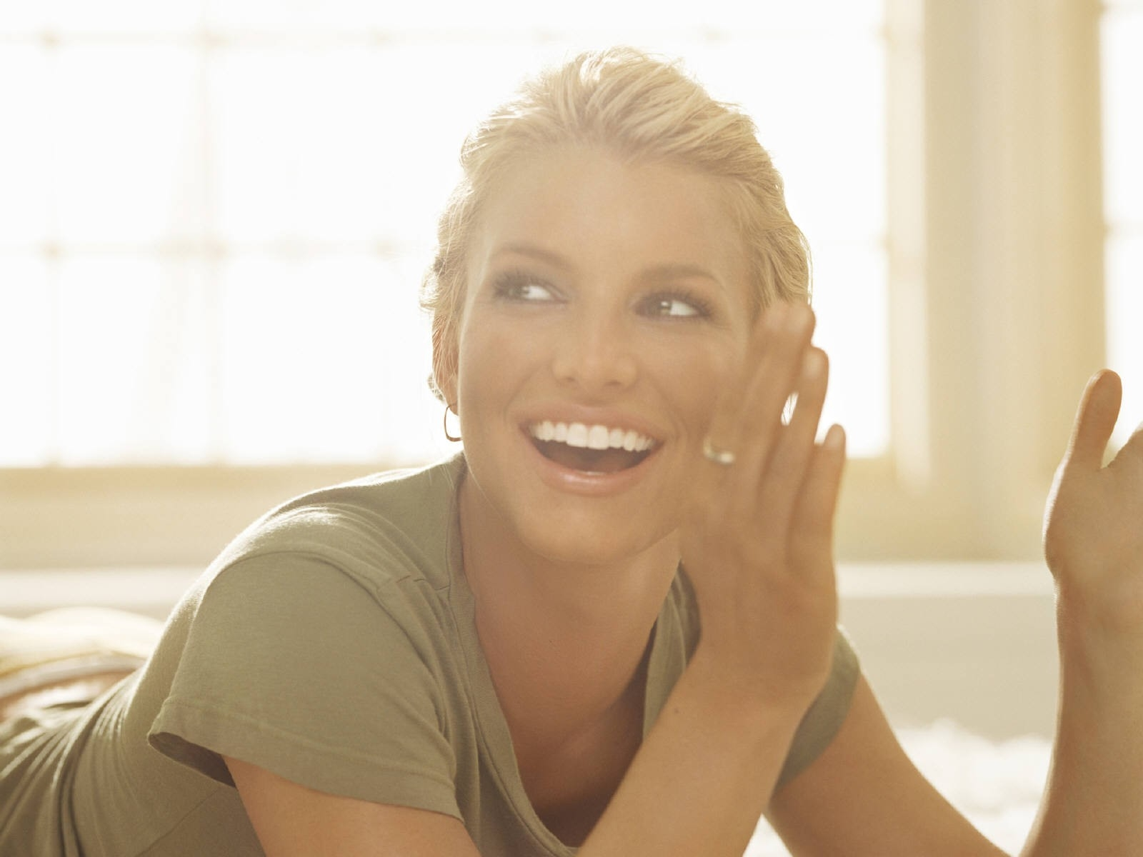 Wallpaper - una sorridente e luminosa Jessica Simpson