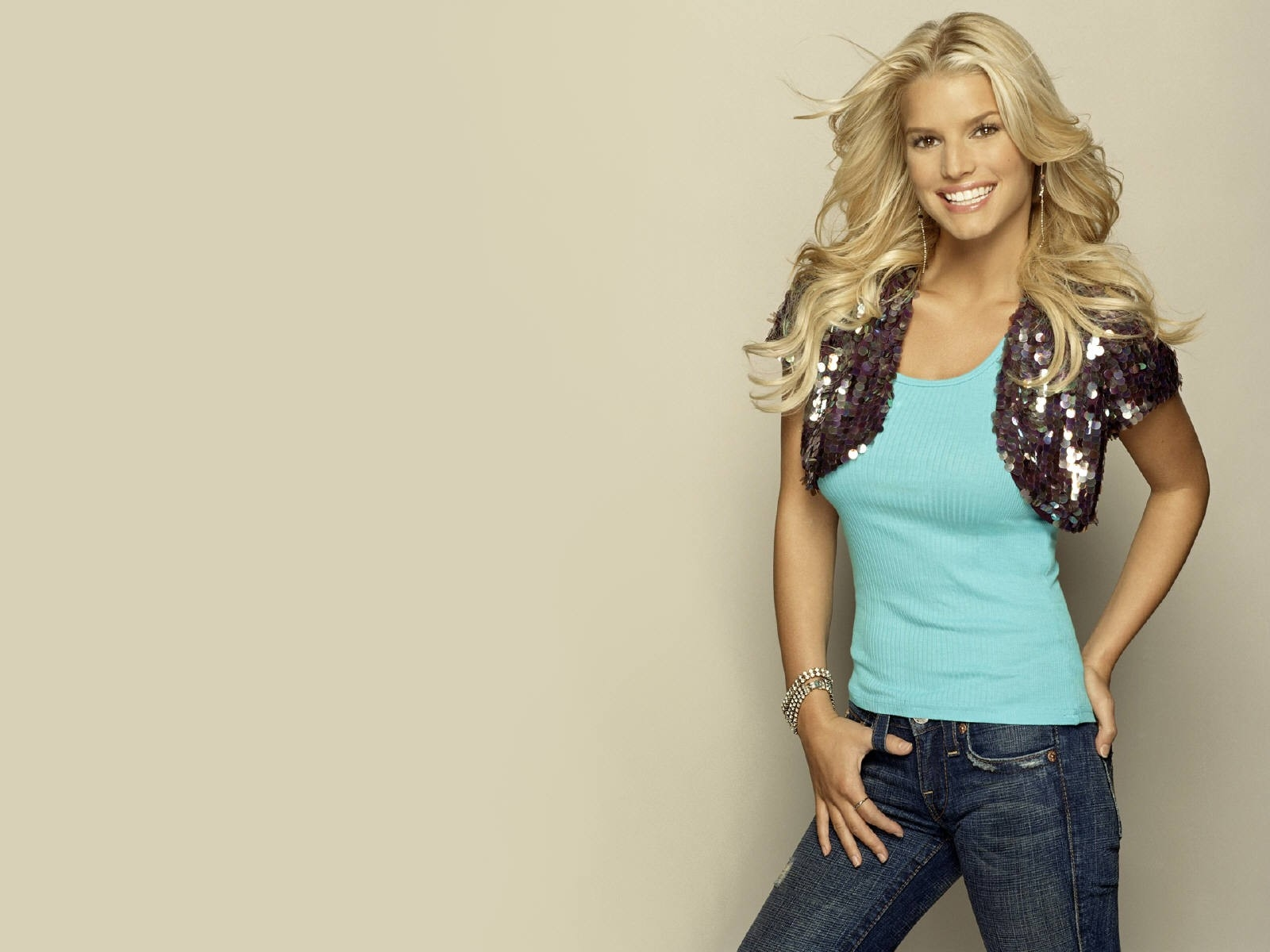 Wallpaper di una sorridente Jessica Simpson