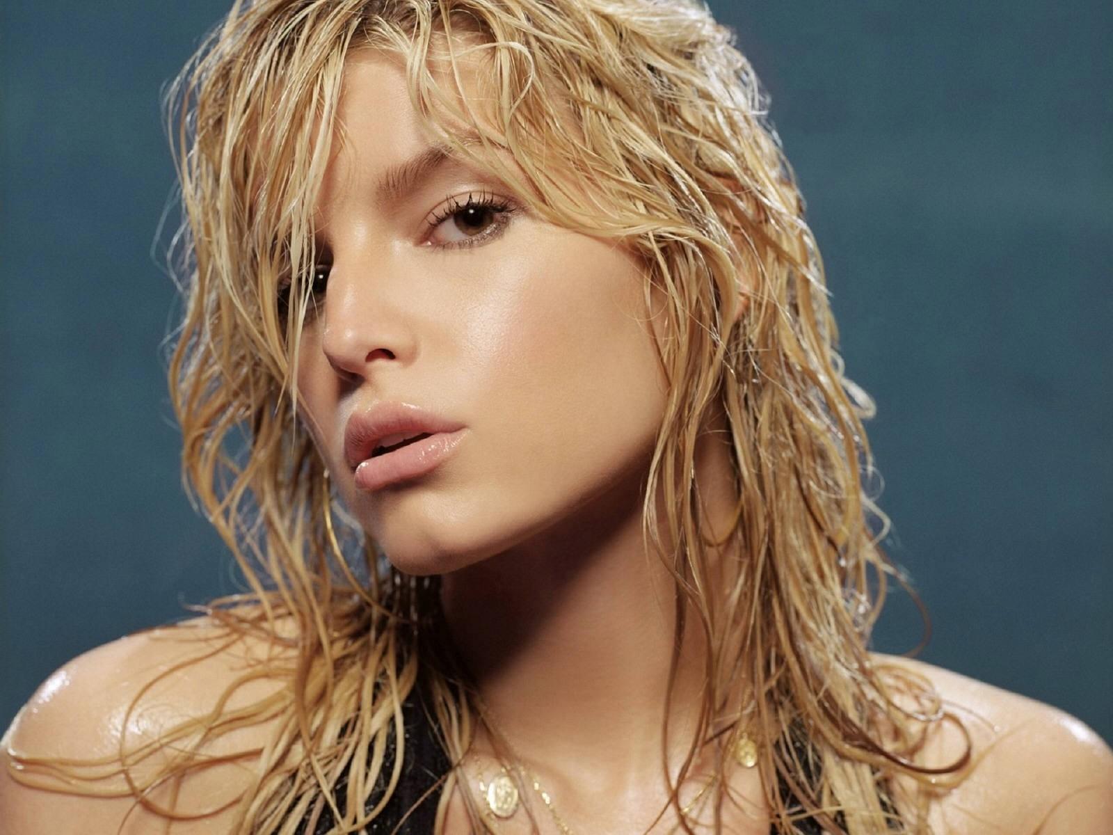 Wallpaper di Jessica Simpson con i capelli bagnati