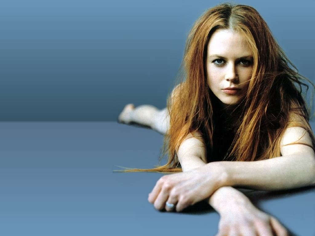 Wallpaper di Nicole Kidman su fondo blu scuro
