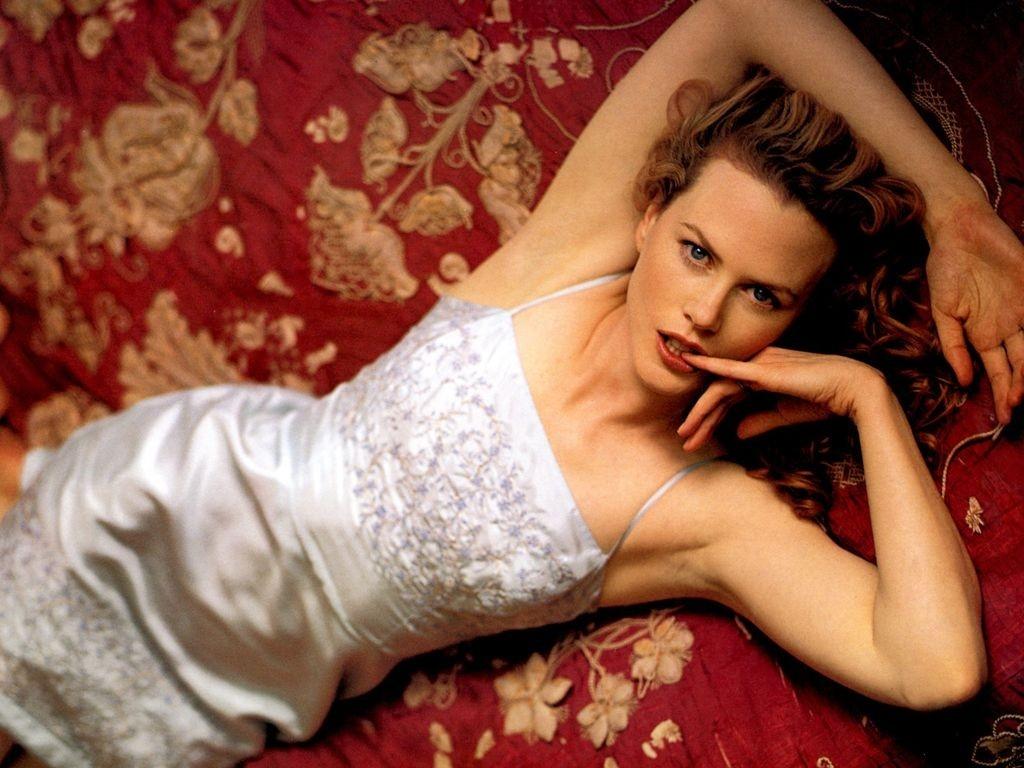 Wallpaper di Nicole Kidman adagiata su un drappo rosso