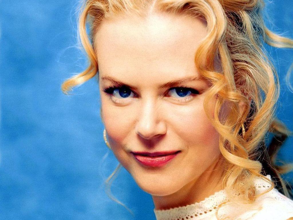 Wallpaper di Nicole Kidman su fondo azzurro