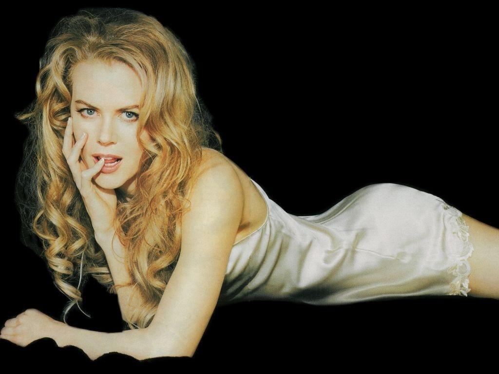 Wallpaper di Nicole Kidman fasciata in un abito grigio perla