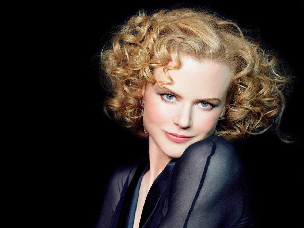 Wallpaper di Nicole Kidman, elegantissima e seducente con un abito nero